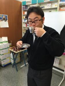 私が煎れたエスプレッソを飲んでいる中本宗宏 先生